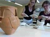 7a Lehrkräfte setzen bronzezeitliche Gesichtsurne zusammen ORIG 4zu3 960px